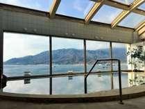 瀬戸内海を見渡せる大浴場。青い海と空を眺めながら温泉三昧♪