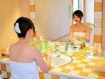 個室露天風呂の湯上りコーナー。小豆島ならではのオリーブ化粧品も取り揃えております。