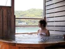 個室露天風呂からは穏やかな海がご覧いただけます。夜には満天の星空も。