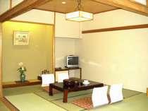 大きな窓の新館和室14畳でお寛ぎください!
