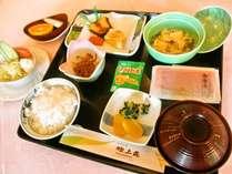 当館人気の朝食・和定食セット。季節によって旬の食材を使用しております。