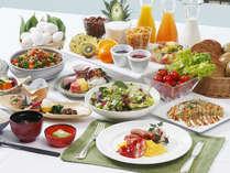和洋の種類豊富なバイキング。サラダ・フルーツまでの洋食はもちろん、地元の素材を用いた和食も人気。