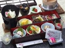 【朝食】松花堂形式の箱膳に色とりどりのお料理が並んでいます。