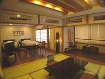 バリアフリーの客室。セミダブルツインベッドと檜の半露天風呂つきの画像