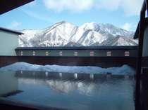 露天風呂から見る冬の飯士山の画像
