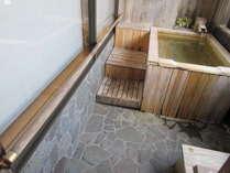 【461号室お風呂】浴槽までに15cmと20cmの段差があります。浴室内には手すりがあります。の画像