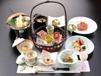 【夕食】地元の食材にこだわり、色とりどりのお食事が目と舌を楽しませてくれます(食事一例)