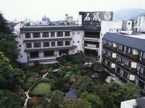 四季を彩る日本庭園には黒鳥が遊ぶ池もある