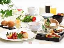きらきらと朝日が店内にさしむ雰囲気の中、ボリュームいっぱいの和洋食をお楽しみいただけます!