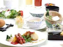 朝食はブッフェスタイル。お好きなメニューをセレクトしてお客様だけのご朝食をお召し上がり下さい。