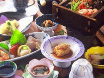 (夕食一例)旬の食材をふんだん盛り込んだお料理の数々。