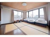【3F】フローリングに置き畳の和室です。最大3名までお泊り頂けます。