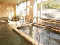 陽の湯(ようのゆ)といいます。手前が内湯で奥が立湯(深さ約1m)外に露天風呂有り。男女日替わりです。