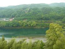 ヒスイ色に輝く吉野川を眺めてゆっくりお過ごし下さい。