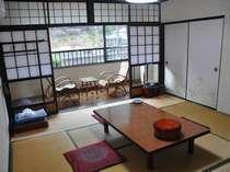 客室一例。川沿いの落ち着いた和室で寛ごう。