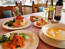 魚コースは『地元魚介類ブイヤベース』、肉コースは『牛ホホ肉の赤ワインソース煮』などが味わえる