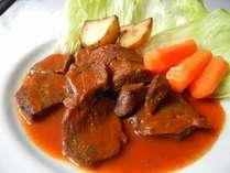 メインのお肉料理一例。牛ホホ肉の赤ワイン煮