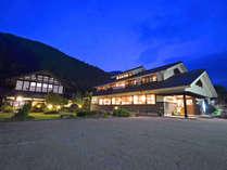 *外観 明宝の山々に囲まれた静かな立地。広大な敷地に、新館・古民家の本館・池などがあります。