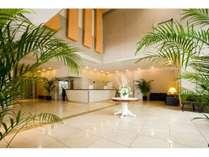 ★ガラスの壁で自然光を取り入れた光溢れるエントランス。たくさんの観葉植物で温かくお出迎え♪