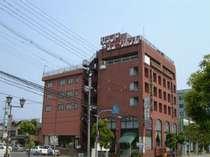 6階建ての小さなホテルです。レンガ色が目印。