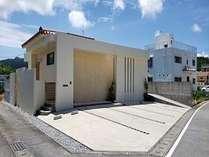 宿 外観 沖縄の伝統的な赤瓦と琉球石灰岩が印象的な建物です。