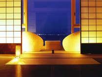 【特別フロア・里楽】大きな一枚ガラスから紀淡海峡を一望。インテリアにもこだわった客室(和室一例)