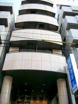 シルバー色の外壁です。駒込駅東口、コンビニ共に徒歩30秒です。