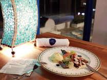 【夕食】夕方から夜の海を眺めながら、ゆっくりお食事をお楽しみください