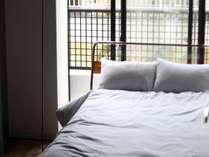 セミダブルスタイル。セミダブルベッドが一台の部屋である。