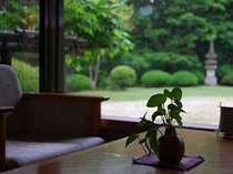美しい日本庭園を見渡せるラウンジです。