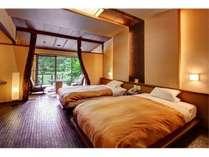 人気の露天風呂付客室のお部屋。ライトアップされた庭園を眺めながらのお湯は非日常かつ贅沢なひととき・・