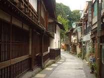 *渋温泉の風情ある街。木造造りの家屋が多く建ち並びます。