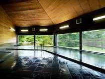 【光明石温泉】窓越しの緑がリラクゼーション効果を高めてくれます。