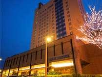 ホテル全景(地上17階)JR青森駅より車で約7分、JR新青森駅より車で約20分。