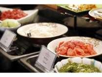 マグロやイカ、タラコなど取り放題の朝食ビュッフェ