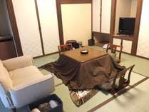 【離れ】一番人気のお部屋。冬はコタツ付。シモンズのツイン+和室8畳、シャワールーム付き