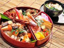 1月1日の朝は、お雑煮&おせち料理をご準備。(2000円)ご希望の方は予約時に質問の回答欄にご記入下さい。