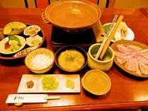 【郷土料理】黒豚しゃぶ一人前です。小鉢は季節によって変わります。