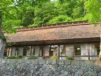 【初夏】客室梅の間外観 築160年以上の茅葺き屋根
