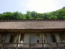 【夏】客室梅の間外観  築160年以上の茅葺き屋根