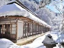 【冬】築160年以上の茅葺き屋根 客室梅の間外観