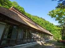 【新緑】築160年以上の茅葺き屋根 客室梅の間外観