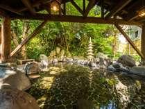 【露天 岩風呂(男湯)】自然の岩を大胆に配置した野趣溢れる岩風呂