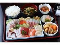 新鮮なお刺身が自慢の夕食です。その日の仕入れにより、お刺身の種類は変わりますので、お楽しみに♪