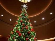 ロビーのクリスマスツリーがお迎えします