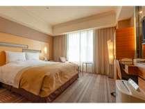 スタンダードダブル25平米) クイ-ンサイズのベッドでごゆっくりお過ごしください。