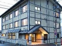 川沿いに佇む客室9室の「旅館百合」