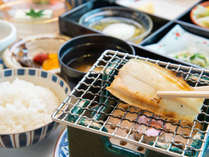 *【朝食】炊き立ての白御飯、味噌汁、焼き魚など、和朝食一例。