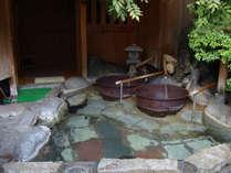 昔懐かしい五右衛門風呂が二つある貸切露天風呂