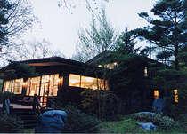 初夏の夕暮れ時の昭和の森山荘